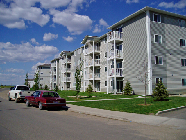 Apartments in Grande Prairie – Emerald Manor. Building side view