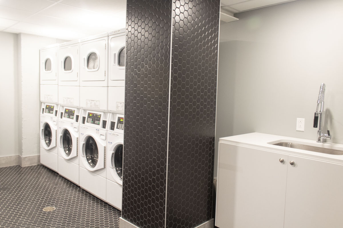 2121 Saint-Mathieu - Laundry Room