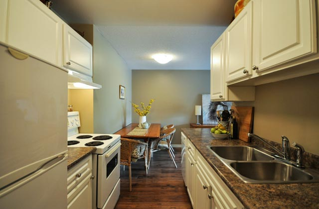 Wellesley Manor Apartments. kitchen dining