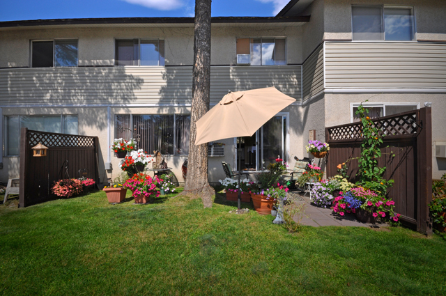 Apartments for rent in Kamloops, Edgewater Terrace Townhouses patio
