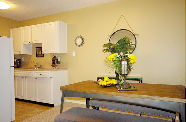 Viscount Villa Apartments. dining kitchen