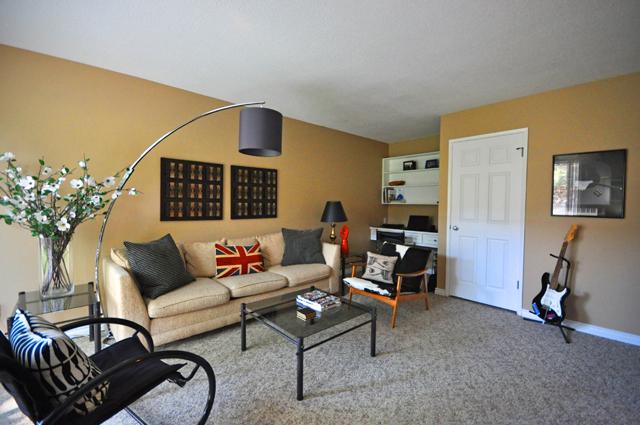 Rembrandt Apartments. livingroom