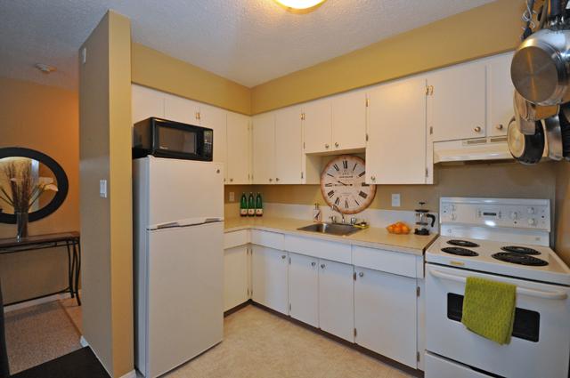 Bonnie Lee Apartments. kitchen
