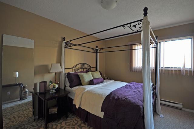 Bonnie Lee Apartments. bedroom