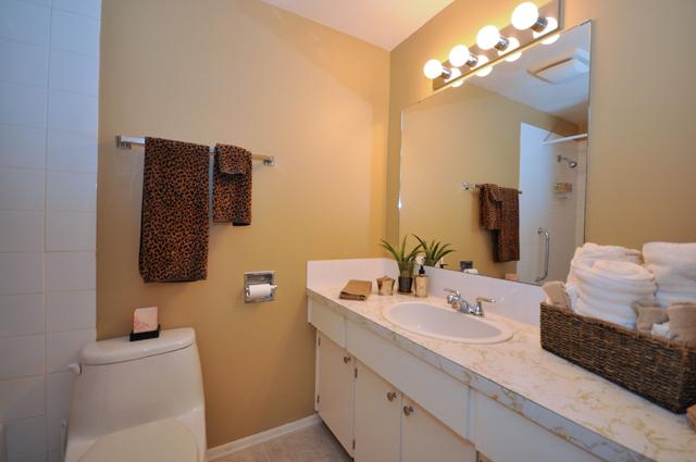 Bonnie Lee Apartments. bath