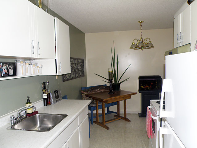 Catalina Court Apartments. Kitchen