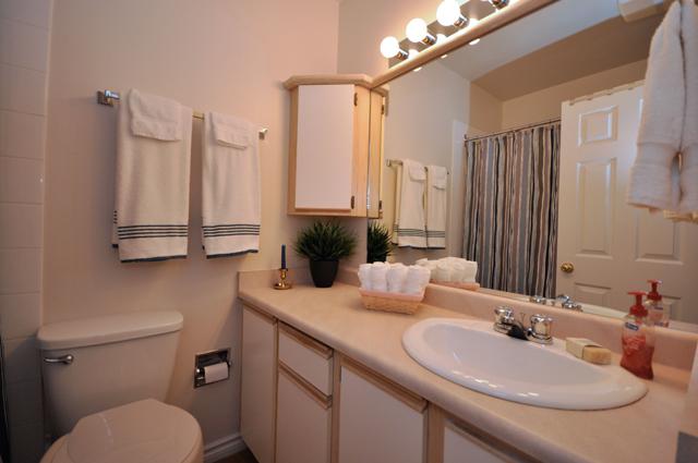 Buckland Manor Apartment. Bathroom2