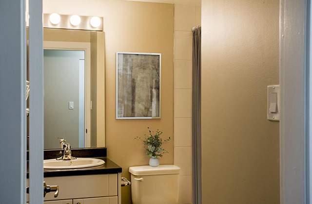 Columbia Manor Apartments bathroom